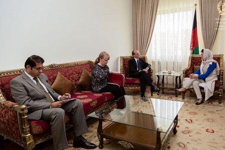 در عرصه توسعه و پیشرفتهای اقتصادی و سیاسی با افغانستان همکاری می کنیم