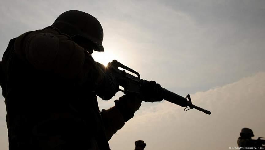یک سرباز ارتش یک ماشین بمب گذاری شده طالبان را در گوریان هرات مسدود می کند